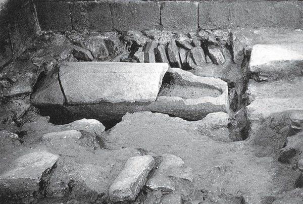 Parte del cementerio en el que se integraba el sepulcro de santiago subsuelo de la catedral compostelana