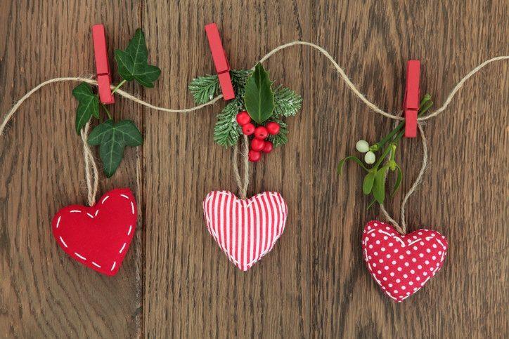 Come mettere il vischio a casa decorando con cuori rossi