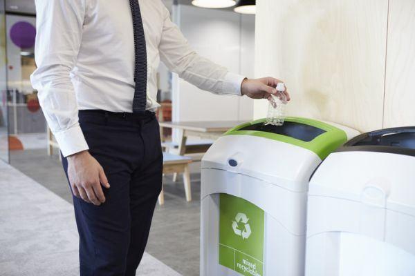 cuando-es-el-dia-del-reciclaje-contenedor-verde-istock