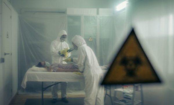 pandemias-de-la-historia-unidad-de-aislamiento-paciente-medicos-istock