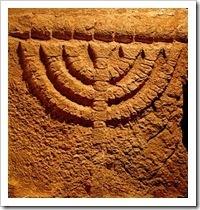Menorah procedente de la sinagoga de Eshtamua